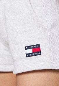 Tommy Jeans - BADGE - Short - silver grey heather - 3