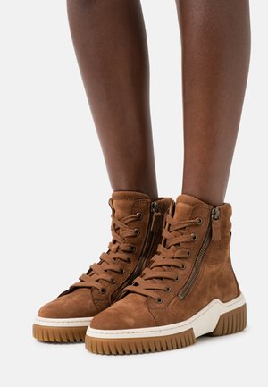 High-top trainers - nut