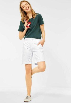 CASUAL FIT BERMUDA - Shorts - weiß