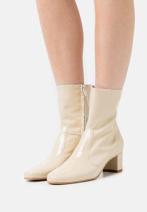 DRIELLE - Korte laarzen - beige