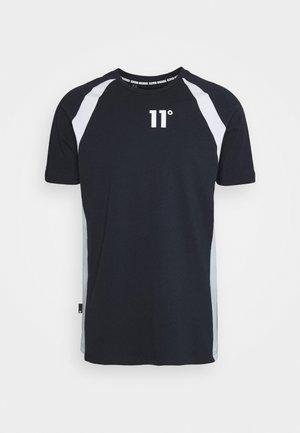 CUT & SEW SIDE PANEL - Camiseta estampada - navy/white/poweder blue