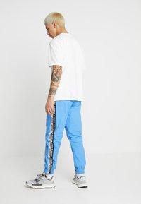 adidas Originals - REVEAL YOUR VOICE TEE - T-shirt - bas - core white - 2