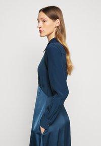 Victoria Victoria Beckham - BUTTON FRONT MIDI DRESS - Abito a camicia - blue slate - 4