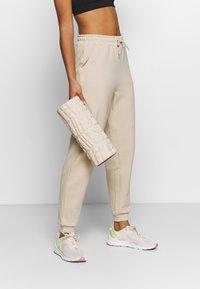ONLY Play - ONPLOUNGE  - Teplákové kalhoty - beige - 3