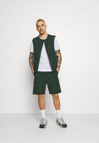 Wood Wood - OLLIE - Shorts - dark green - 1