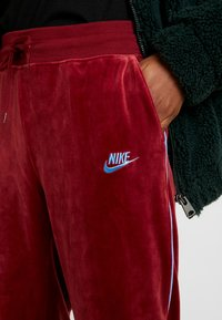 Nike Sportswear - PANT PLUSH - Träningsbyxor - team red/university blue - 4