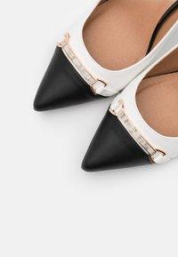Wallis - CANNON - High heels - white/black - 5