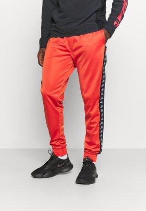 JELGE - Pantalon de survêtement - aurora red