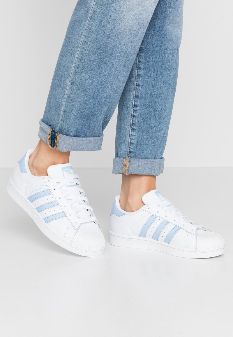 adidas Originals - SUPERSTAR METALLIC GLIMMER SHOES - Sneakers laag - footwear white/glow blue/core black