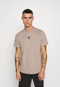 11 DEGREES - BOX GRAPHIC BACK - T-shirt print - brown/black - 2