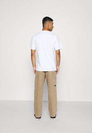 CAMO FILL GRAPHIC TEE - Print T-shirt - white