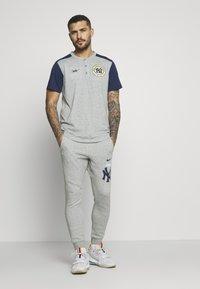 Nike Performance - NEW YORK YANKEES COLOR BAR CLUB JOGGERS - Club wear - dark grey heather - 1