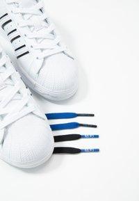 adidas Originals - SUPERSTAR - Sneakers laag - footwear white/collegiate royal/core black - 5