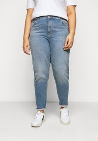 Pieces Curve - PCLEAH MOM - Relaxed fit jeans - medium blue denim - 0