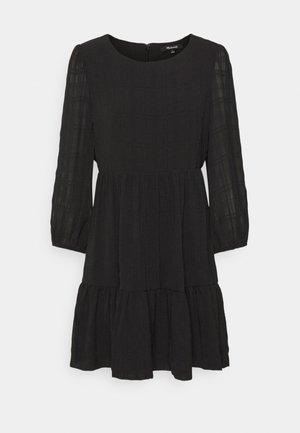 EASY DRESS IN TEXTURED PLAID - Denní šaty - true black