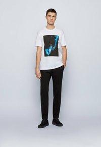 BOSS - TERISK - Print T-shirt - natural - 1