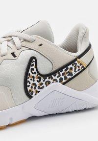Nike Performance - LEGEND ESSENTIAL 2 PRM - Kuntoilukengät - light bone/black/wheat/white/light brown - 5