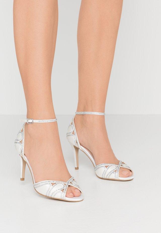 LATOYA - Korolliset sandaalit - ivory