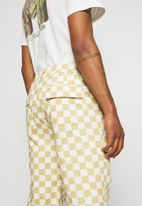 Vintage Supply - CHECKERBOARD PANT UNISEX - Stoffhose - offwhite - 4