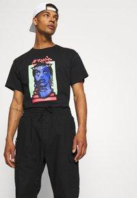 Grimey - HIGH PRIESTESS TEE UNISEX - T-shirt med print - black - 3