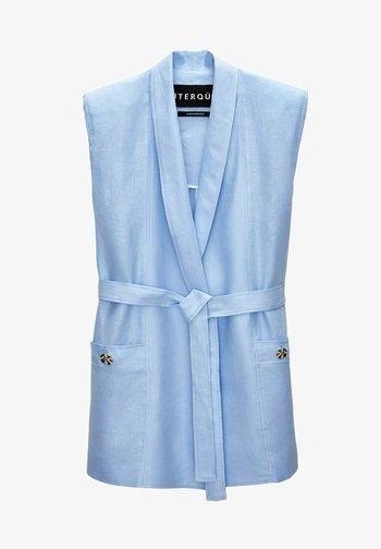 MIT SCHULTERPOLSTERN  - Waistcoat - light blue