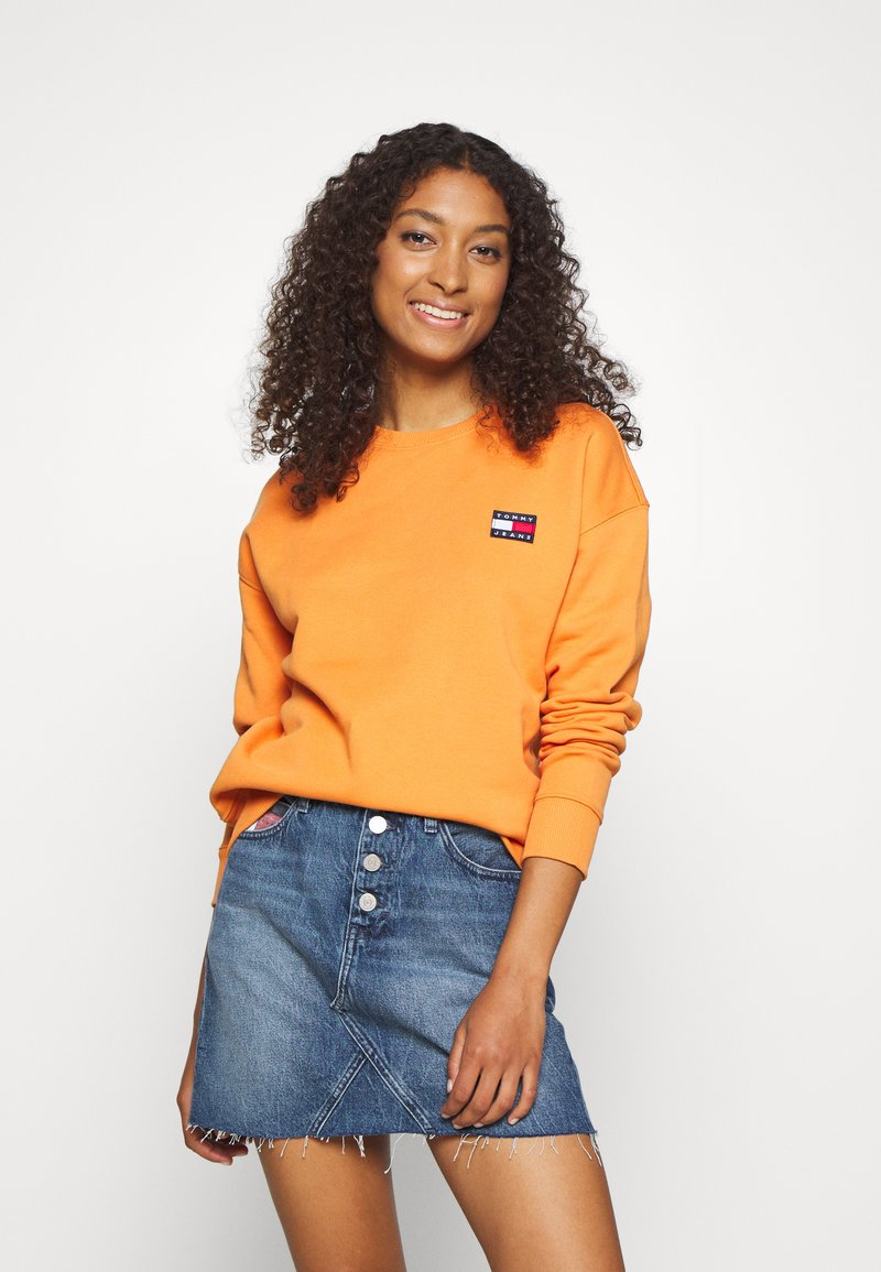 Tommy Jeans - TOMMY BADGE CREW - Sweatshirt - rustic orange