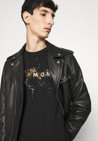 John Richmond - ILESANDI - Print T-shirt - black - 3