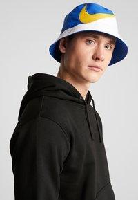 Nike Sportswear - BUCKET CAP - Hat - white/game royal/dark sulfur - 1