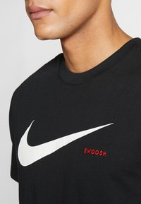 Nike Sportswear - Camiseta estampada - black/white - 4