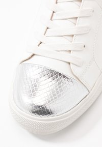 ONLY SHOES - ONLSKYE CROC TOE CAP - Sneakers basse - white - 2