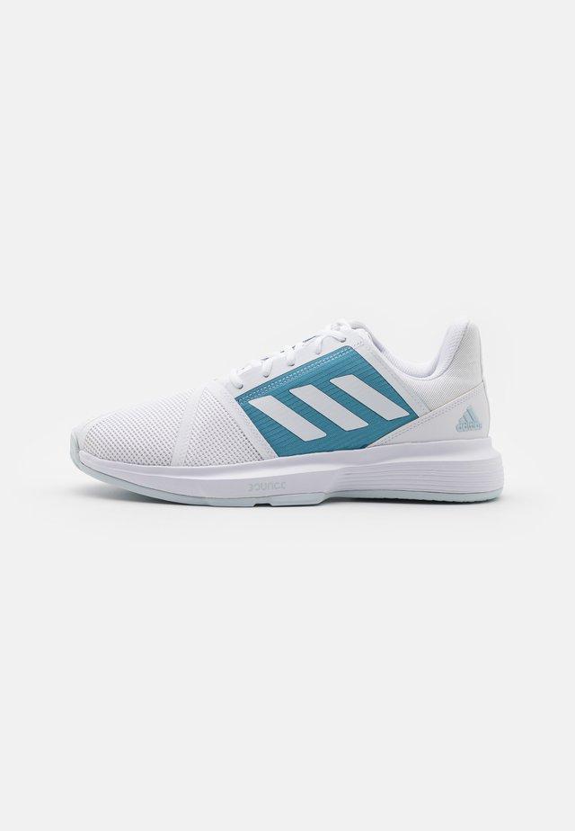 COURTJAM BOUNCE - Tennisschoenen voor alle ondergronden - footwear white/haze blue