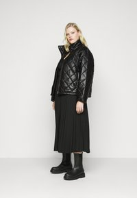 Glamorous Curve - QUILTED JACKET WITH BUTTON DETAIL - Light jacket - black - 1
