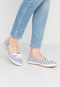 Keds - TEACUP BRETON - Sneakersy niskie - white/navy - 0
