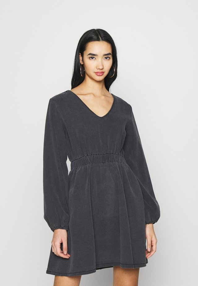 WASHED BALLOON SLEEVE SKATER DRESS - Denimové šaty - black