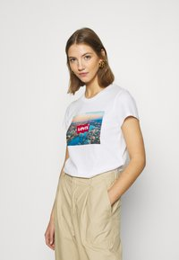 Levi's® - THE PERFECT TEE - Camiseta estampada - white - 0
