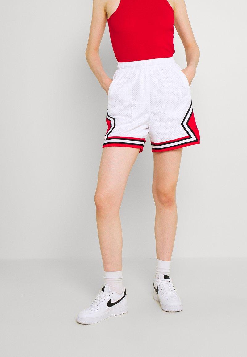 Jordan - ESSEN DIAMOND  - Shorts - white/university red