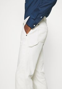 GAP - WORKERS PANT - Trousers - off-white - 3