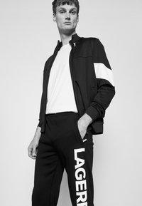 KARL LAGERFELD - PANTS - Teplákové kalhoty - black - 3
