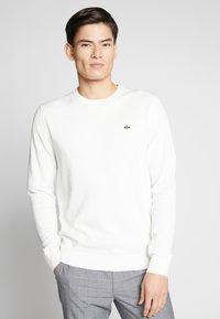 Lacoste - Stickad tröja - farine/marine-farine - 0