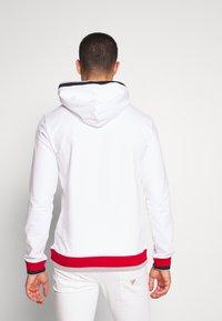 Guess - ALBAN HOODIE  - Bluza z kapturem - blanc pur - 2