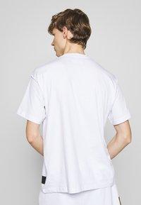 Versace Jeans Couture - T-shirt imprimé - white - 2