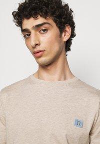 Les Deux - PIECE - Basic T-shirt - light brown melange - 3