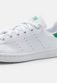 adidas Originals - SUSTAINABLE STAN SMITH UNISEX - Sneakers laag - footwear white/green - 5