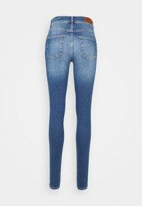 Vero Moda Tall - VMLUX SLIM JEANS - Džíny Slim Fit - medium blue denim - 6