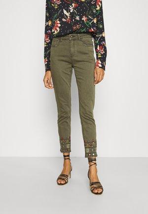PANT DELFOS - Jeans slim fit - green