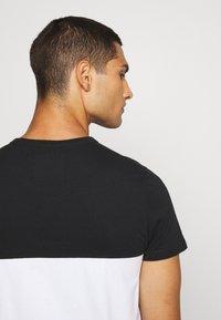 Hollister Co. - TECH LOGO SPLICING - Print T-shirt - black/white - 4
