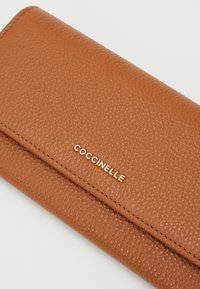 Coccinelle - SOFT CONTINENTAL - Lommebok - caramel - 4