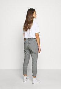 Vero Moda Petite - VMEVA LOOSE STRING PANTS - Bukse - medium grey melange - 2