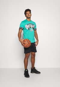 Mitchell & Ness - NBA VANCOUVER GRIZZLIES MIKE BIBBY NAME NUMBER CREWNECK - Article de supporter - teal - 1