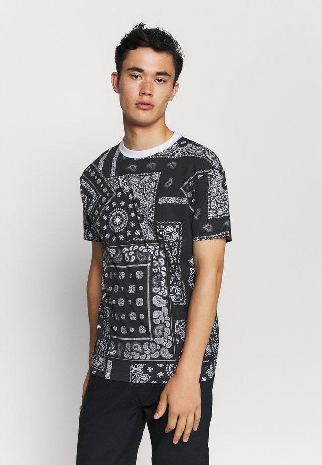KELVIN  - T-shirt z nadrukiem - black